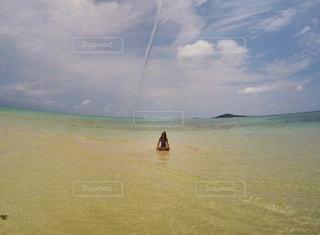 水の体の近くのビーチの人々 のグループの写真・画像素材[1208648]