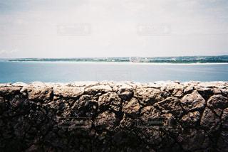 水の体の横にある岩のビーチの写真・画像素材[1222219]