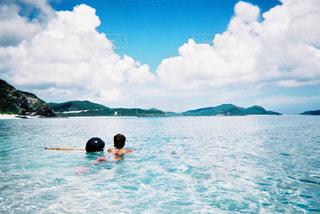 体内の水を泳いでいる人の写真・画像素材[1222232]