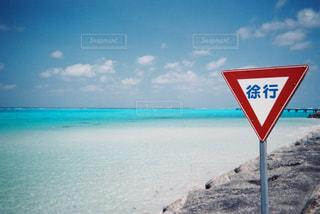 水の体の近くのビーチにサインの写真・画像素材[1229276]