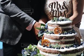 ケーキの前に立っている人の写真・画像素材[1229280]