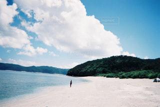 水の体の横にある砂浜のビーチの写真・画像素材[1233186]