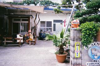 家の前の歩道上の人々 のグループの写真・画像素材[1234018]