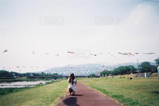 フィールドに凧の飛行の人々 のグループの写真・画像素材[1240402]