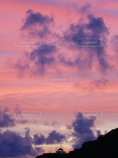 赤と紫でつくる空の写真・画像素材[1277254]