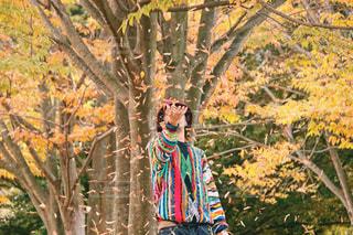 木の隣に立っている人の写真・画像素材[1614492]