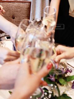 食事のテーブルに座っている女性の写真・画像素材[1690290]