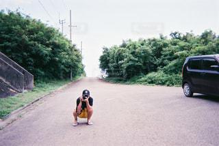 道路の側をスケート ボードに乗る人の写真・画像素材[1721492]