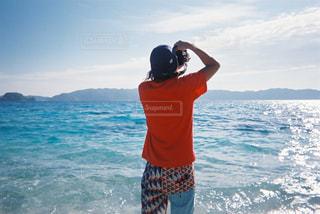 水の中に立っている男の人の写真・画像素材[1830202]