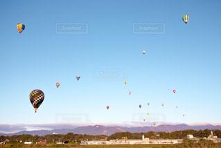 空中に凧の飛行の人々 のグループの写真・画像素材[1864706]
