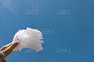 澄んだ青い空を押しながら空気を通って飛んで人の写真・画像素材[1864713]