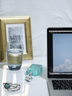 テーブルの上に座っている開いているラップトップコンピュータの写真・画像素材[2100842]