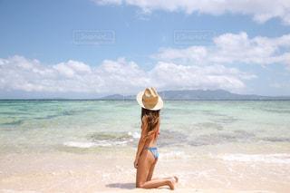 浜辺に立っている女性の写真・画像素材[2142236]