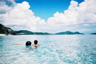 女性,自然,海,空,ビーチ,晴れ,青,沖縄,泳ぐ,フィルム,離島,フィルムカメラ,写ルンです,フィルム写真,35mm,フィルムフォト