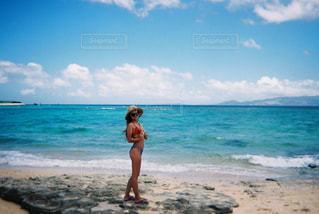 女性,自然,海,空,ビーチ,晴れ,青,水着,沖縄,女,泳ぐ,人物,フィルム,ビキニ,離島,フィルムカメラ,写ルンです,フィルム写真,35mm,フィルムフォト