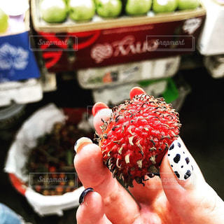 赤,フルーツ,果物,市場,ベトナム,ホーチミン,色鮮やか,ランブータン,ライチ,南国フルーツ,フレッシュフルーツ,新鮮フルーツ,赤いフルーツ,ベトナムホーチミン,珍しいフルーツ,甘いフルーツ,フルーツ試食