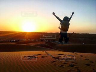 自然,空,夕日,屋外,太陽,ジャンプ,夕暮れ,砂漠,砂丘,夕陽,サンセット,アラブ,夕日が綺麗