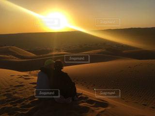 夕日に座っている夫婦の写真・画像素材[1268984]