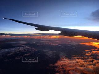空を飛んでいる飛行機の写真・画像素材[1269172]