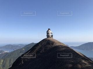 山の上に座っている鳥の写真・画像素材[2214078]