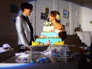 誕生日ケーキの前に立っている人 - No.783486