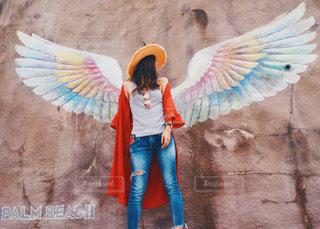 カラフルな凧を保持している女性の写真・画像素材[728475]