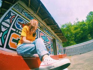 バス停で座っている女性の写真・画像素材[728477]
