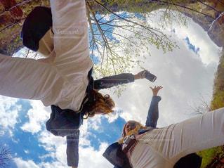 空を飛んでいる人の写真・画像素材[777699]