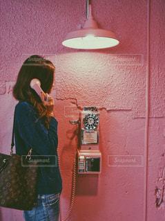 携帯電話で通話中の女性の写真・画像素材[872890]