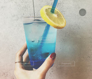 プラスチック製のカップを持っている手の写真・画像素材[927691]