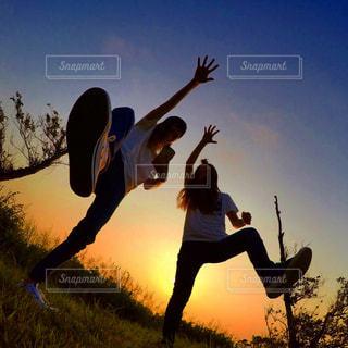 フリスビーを押しながら空気を通って飛んで人の写真・画像素材[1271070]