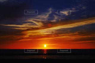背景にオレンジ色の夕日の写真・画像素材[970639]