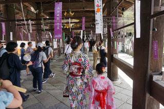 店の前に立っている人々 のグループの写真・画像素材[724149]