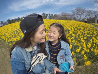黄色の帽子をかぶっている少年の写真・画像素材[724158]
