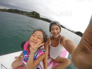 水体のボートに座っている女の子の写真・画像素材[741165]