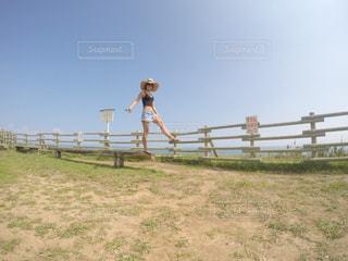 フィールドで馬に乗る人の写真・画像素材[783201]