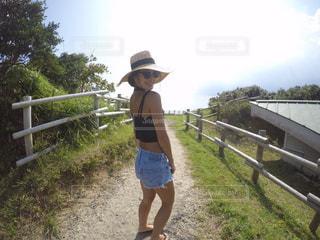 フェンスの前に立っている女の子の写真・画像素材[783210]