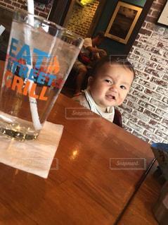 テーブルの上に座って赤ちゃんの写真・画像素材[932663]