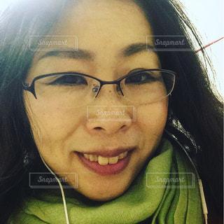 近くに笑みを浮かべてカメラを見て、女性のの写真・画像素材[1269832]