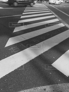 近くの街の通りの横断歩道をの写真・画像素材[1274428]