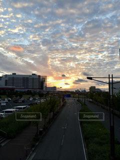 風景,空,建物,夕日,屋外,大阪,雲,綺麗,道路,夕方,景色,オレンジ,草,高速道路,都会,道,夕陽,ATC,南港