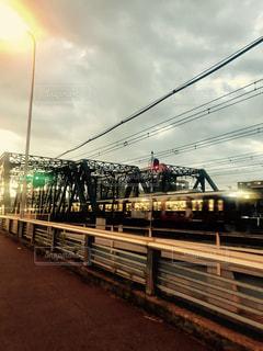 鋼のトラックに大きな長い列車の写真・画像素材[1300839]