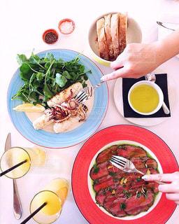 テーブルの上に食べ物のプレート - No.826301