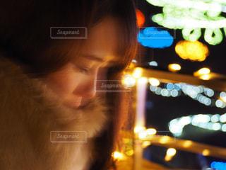 近くにカメラを見てメガネの人のアップの写真・画像素材[922395]