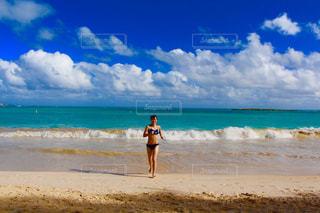砂浜の上に立っている人の写真・画像素材[997740]
