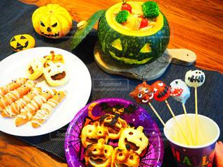 テーブルな皿の上に食べ物のプレートをトッピング - No.870106