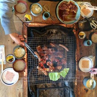 テーブルの上に食べ物を調理人 - No.1066478