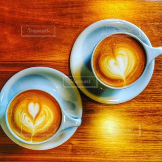 木製テーブルの上のコーヒー カップ - No.1066479