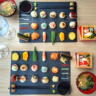テーブルの上に食べ物の束 - No.1066481