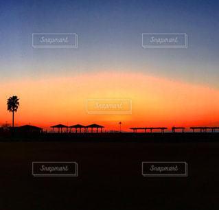 水の体に沈む夕日の写真・画像素材[1292491]